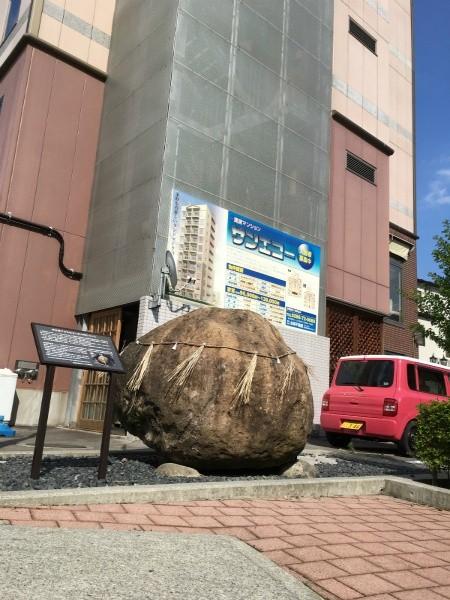 茅野駅南の巨岩