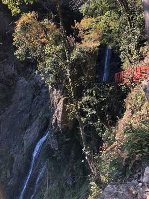 優美な滝と紅葉